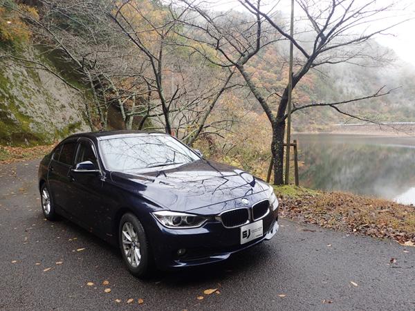 銚子ダムの紅葉とBMW3シリーズ