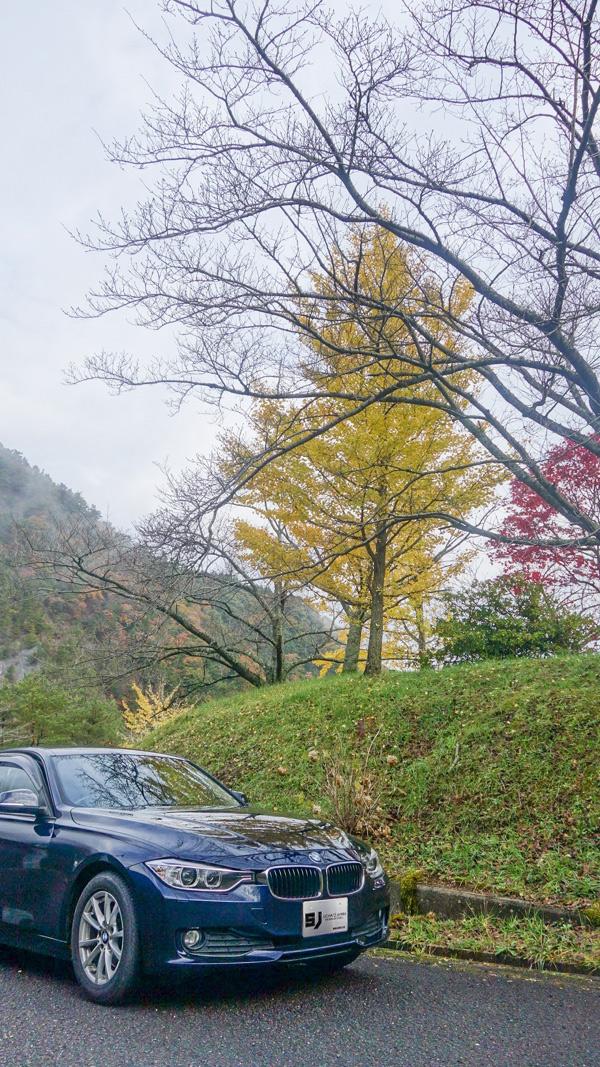 銚子ダム公園の紅葉とBMW3シリーズ