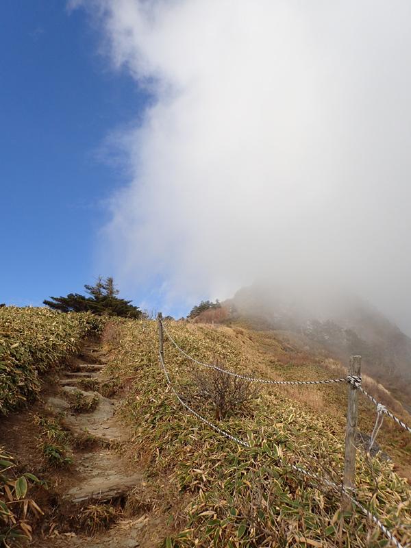 瓶ケ森男山の濃霧