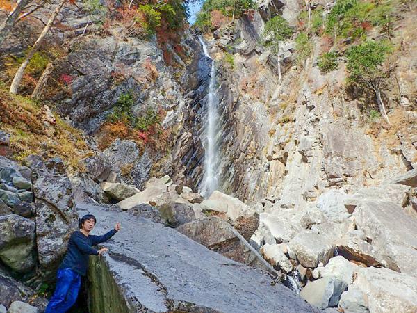 御来光の滝の前で自撮り