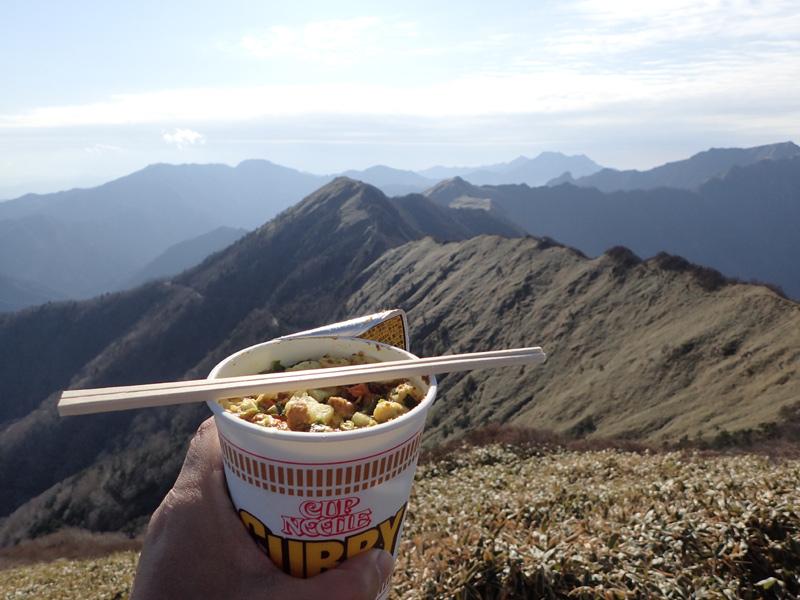 伊予富士山頂でカップヌードル