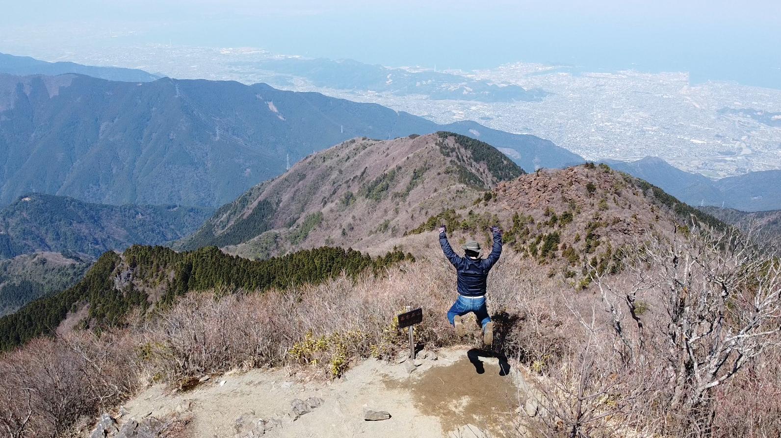 西赤石山山頂でジャンプ